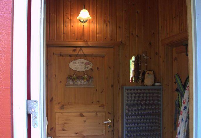 Eingangsbereich mit Schuhschrank und Garderobe.