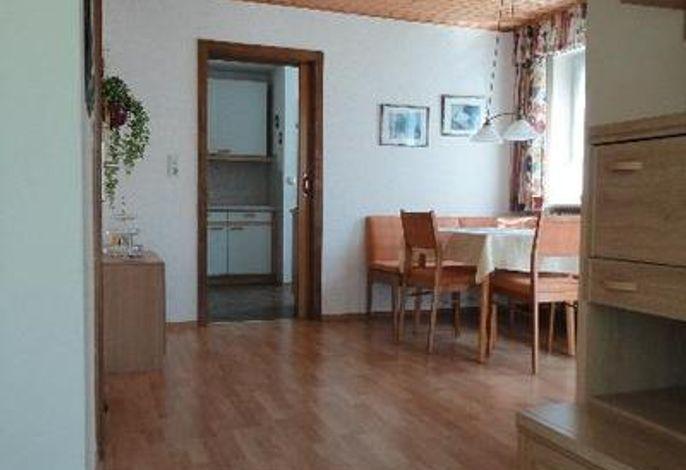 Blick vom Wohnzimmer zum Esszimmer und zur Küche