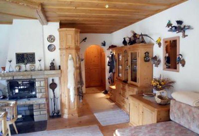 Wohnzimmer / Blick auf Kamin und Durchgang zur Küche