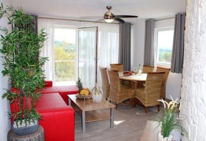 Ferienwohnung Maaridyll im Maarberg Resort, Wohnraum und Ausgang zum Balkon