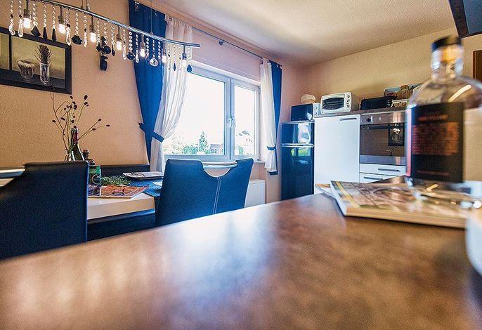 Küche mit 2 Kühlschränken und 2 Kaffeemaschinen