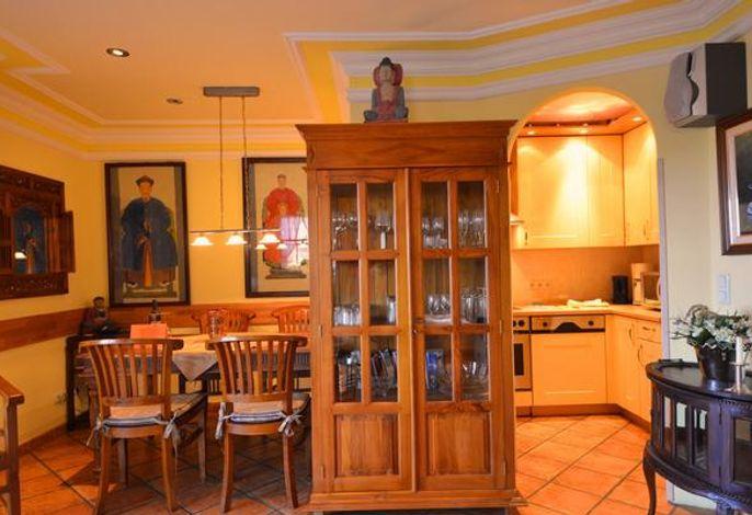 17 B Kirchhaus Wohnzimmer mit Blick in die Küche und auf den Essbereich