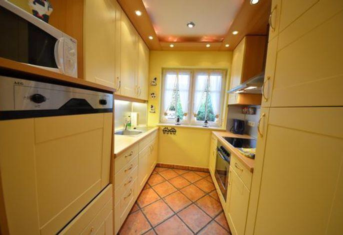 29c Lotsenhaus Küche mit höher gelegtem Geschirrspüler