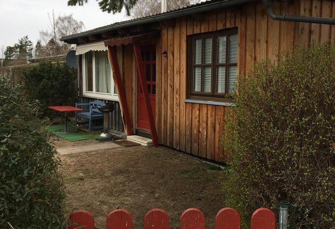 Außenansicht mit Gartentor und neuem Vordach (Bild im Mäz aufgenommen, der Rasen wächst wieder ;>)
