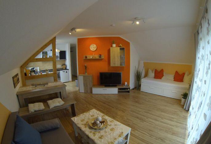 Wohnzimmer mit ausziehbarem Einzel-/Doppelbett