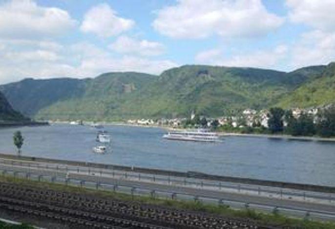 Blick aus dem Fenster zum Rhein