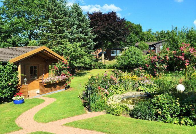 Blockbohlenhaus im idyllischen Garten
