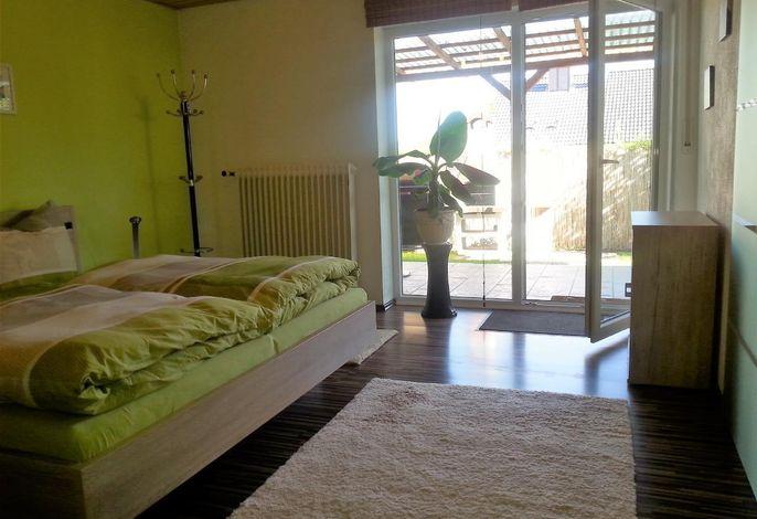Schlafzimmer mit Blick zur Terrasse
