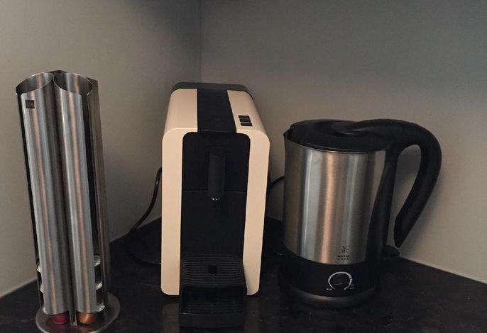 Kaffeemaschine (Delizio- Kapseln), Wasserkocher- in dieser Küche finden Sie alle wichtigen Küchenutensilien
