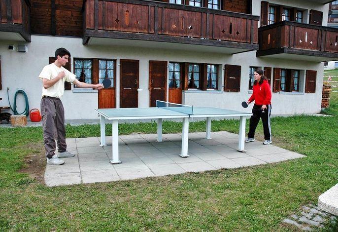 Tischtennis vor dem Haus