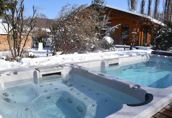 Ganzjährig beheizter Pool mit Gegenstromanlage und Whirlbecken -Gegenüberliegende Sauna