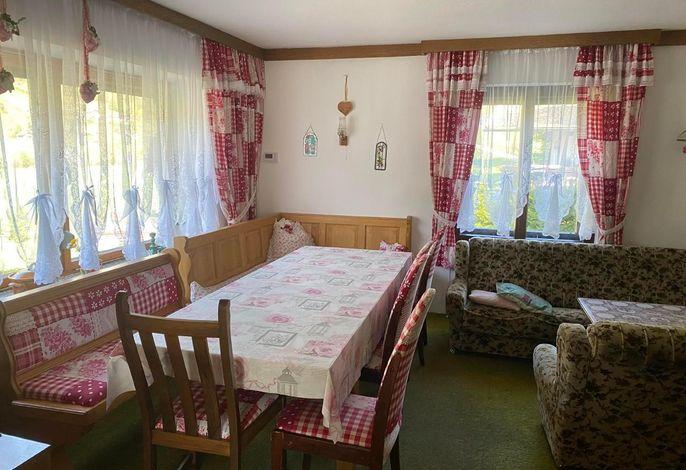 Blick von der Wohnküche in das Wohnzimmer