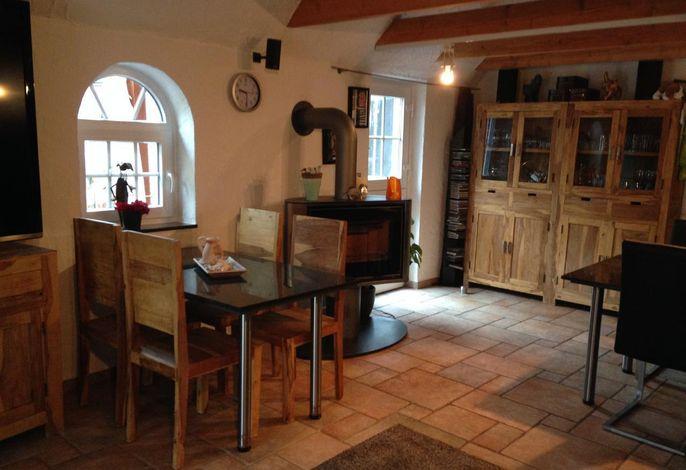 Wohnzimmer mit Sitzecke und schwenkbarem Kamin