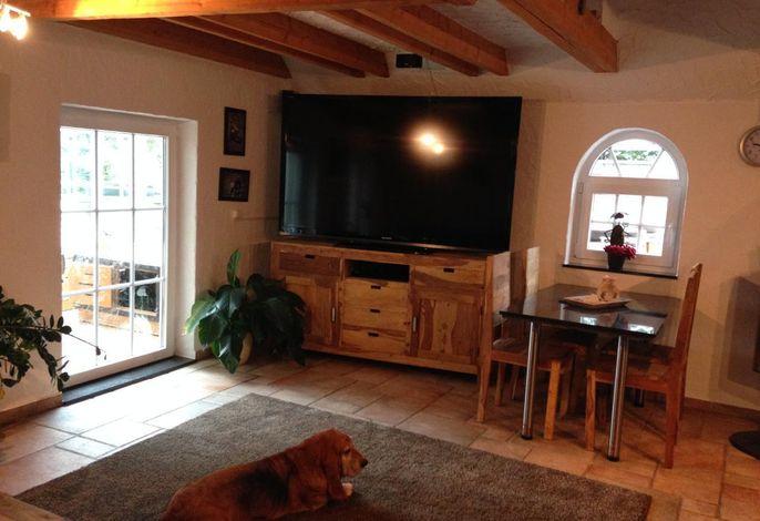 Wohnzimmer mit 75 Zoll TV