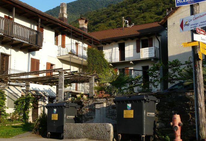 Vorderansicht der Casa Ritz mit Balkonen