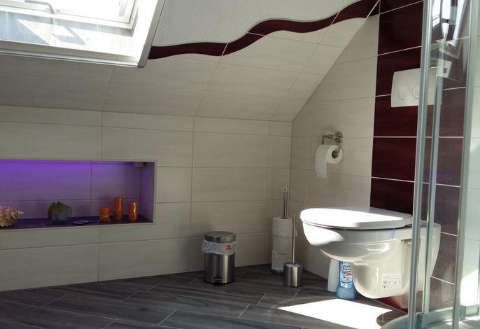 gemütliches Tageslichtbad mit Dusche WC und Waschtisch