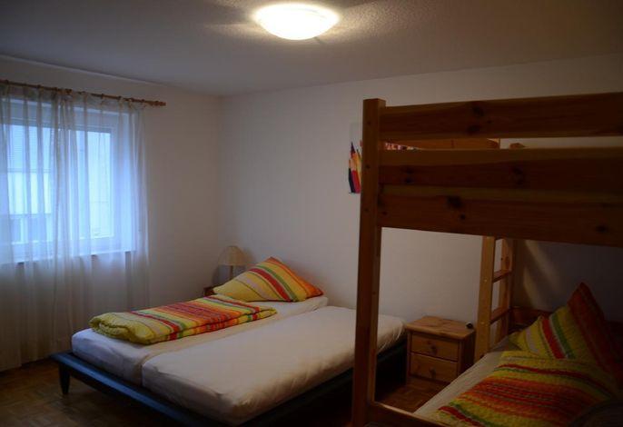 1. Schlafzimmer mit großem Bett und Hochbett
