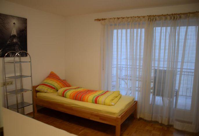 2. Schlafzimmer mit 2 getrennten Bett zusammen stellbar mit Zugang zum Balkon