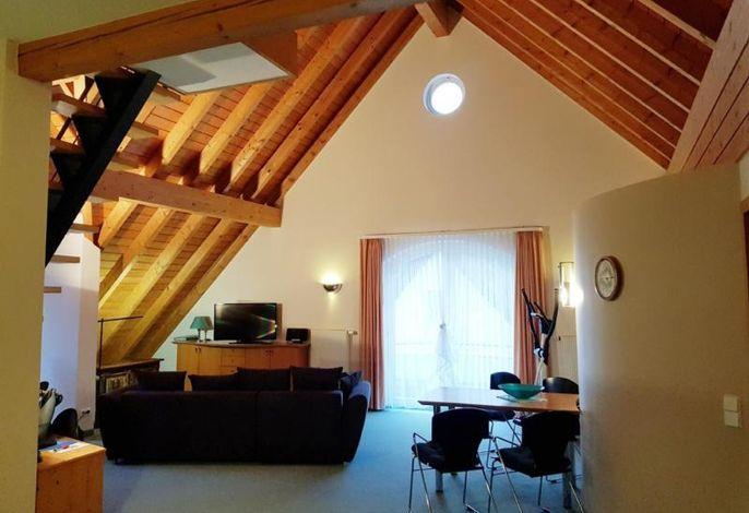 großzügiger und heller Wohnraum im Dachgeschoß