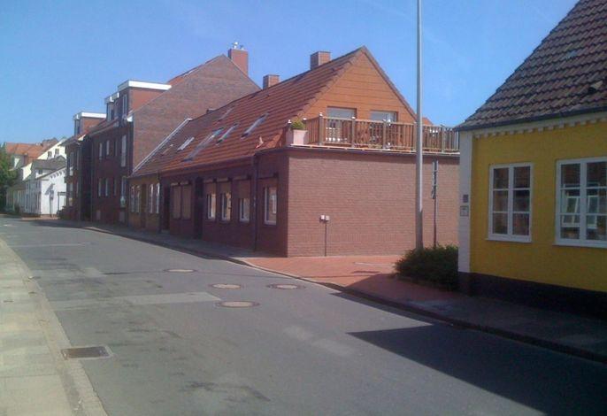 Vorderansicht mit Dachterrasse, Strandzugang und Nachbarschaft