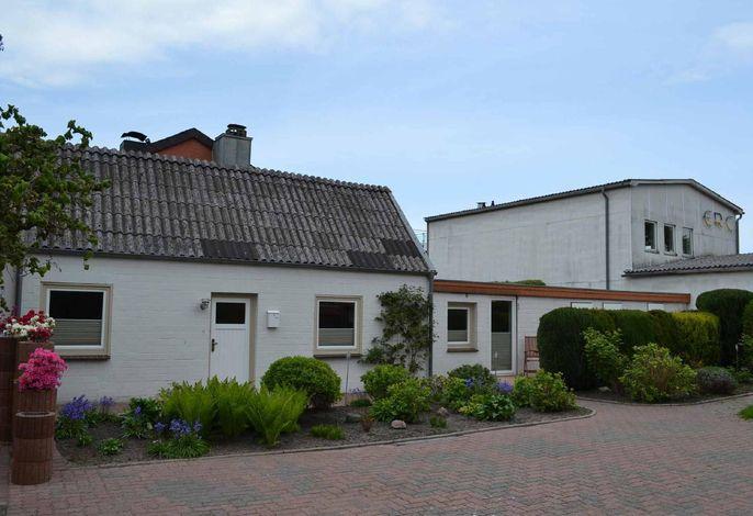 Vorderansicht, Garten und PKW-Stellplatz direkt vor dem Haus