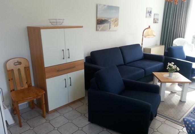 Wohnzimmer mit neuem Schrank und neuem Couchtisch.