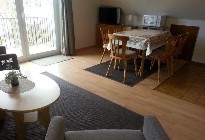 Wohnzimmer mit Eßplatz###br###Blick zum Balkon