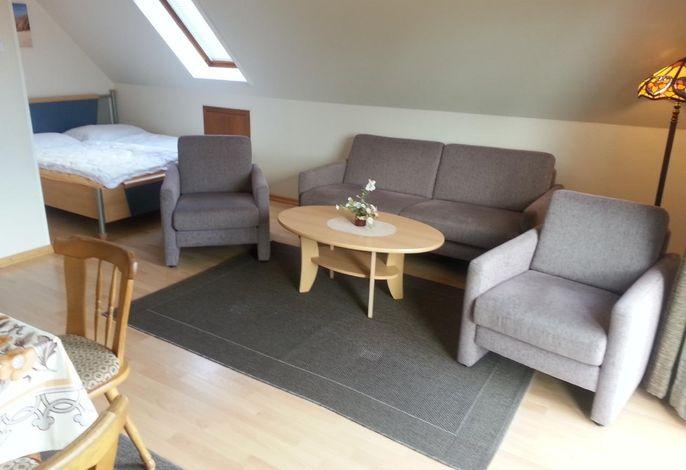 Wohnzimmer: Hinten in der Ecke sehen Sie das Doppelbett. Vorn ist der Eßplatz.