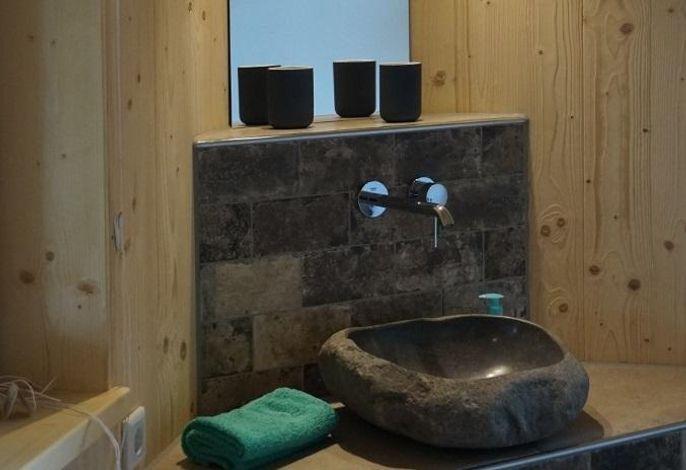 Badezimmer en suite - mit natürlichen Materialien eingerichtet