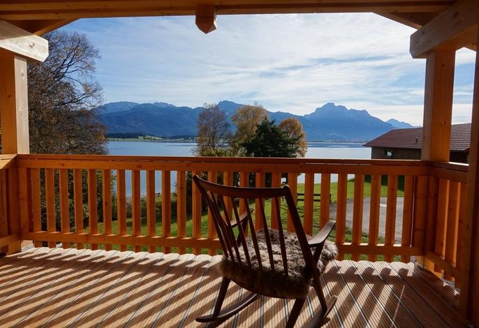 Entspannen Sie im Schaukelstuhl auf dem großen Panorama-Balkon