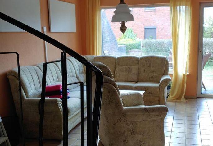 Wohnzimmer und Aufgang zum Obergeschoss.