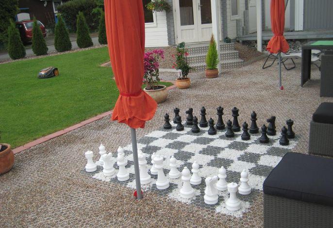 Eine Runde Schach gefällig? Mit extra###br###Gartensesseln, falls der Gegner viel###br###Zeit zum Überlegen braucht.