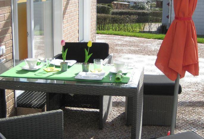 Unter Glas auf der Terrasse Frühstücken, Essen, Grillen, Raclett oder Fondue genießen.