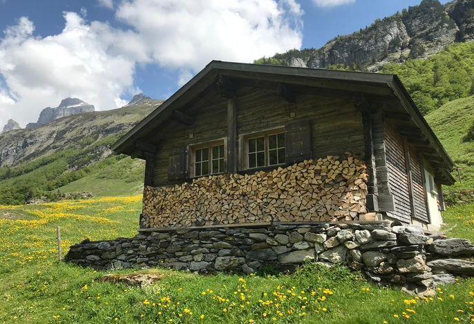 Alphütte Gental, mit  Holz für ein schönes Feuer im Ofen in der Stube