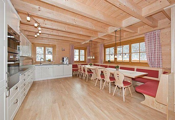 Die große Küche hat zwei Kühlschränke und zwei Geschirrspüler. Außerdem eine Jura Professional Kaffemaschine