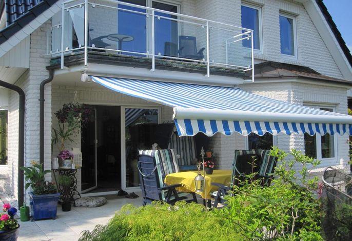 Sicht aus der oberen Ferienwohnung mit Balkon auf den wunderschön angelegten Ziergarten mit Sitzgruppen.