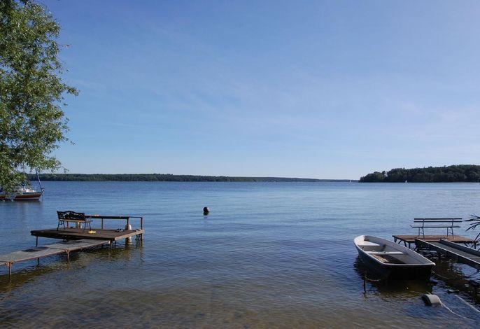 Der wunderschöne Plauer See befindet sich nur ca. 300m von unserem 4-Sterne-Ferienhaus entfernt.