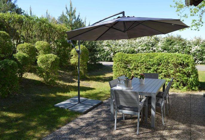 Wunderschöner Garten mit Sonnenterrasse, Sonnenschirm, Strandkorb und Grill.
