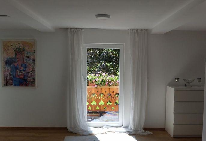 Der offene Wohnbereich mit Balkonzugang.