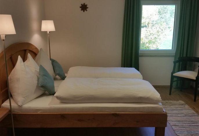 Ferienwohnung Bergblick (OG) - Schlafzimmer mit Vollholzmöbeln
