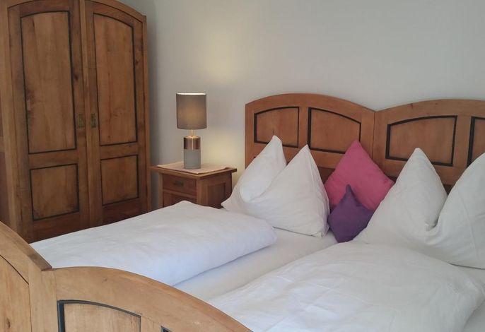 Ferienwohnung Bergblick (OG) - Schlafzimmer in Kirschen-Vollholz
