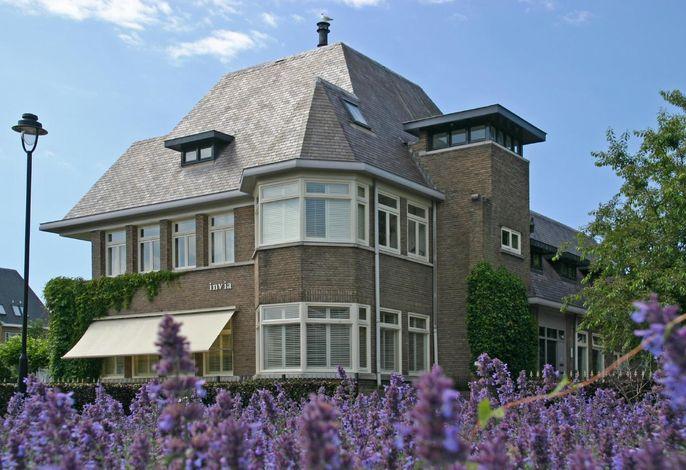 Die Wohnung befindet sich auf der Rückseite der Villa Innvia