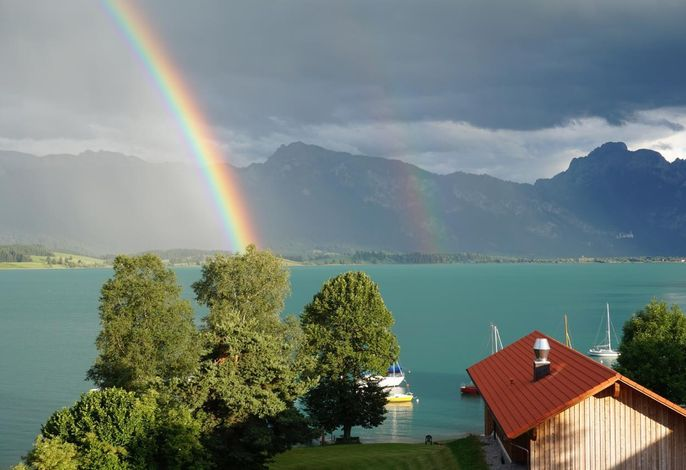 SEE-Idyll: Regenbogen am Forggensee vor dem Haus