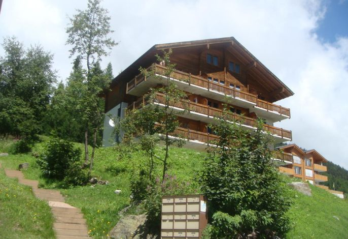 Haus (Balkonseite) im Sommer