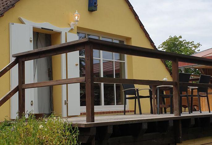 Außenansicht des Gebäudes. Eingang und Terrasse