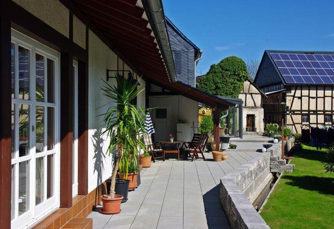 Links das Balkonfenster der Ferienwohnung 2###br###Im Hintergrund Sitzgelegenheit der Ferienwohnung 1