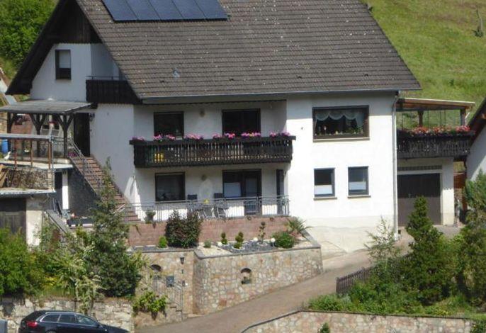 Ferienwohnung im Erdgeschoß rechte und mittlere Fenster