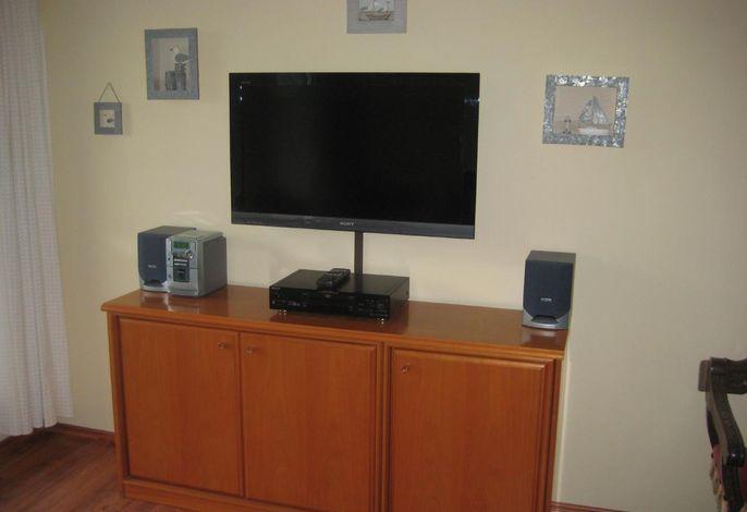 Wohnzimmer: Flachbildschirm, DVD-Player, kleine Musikanlage
