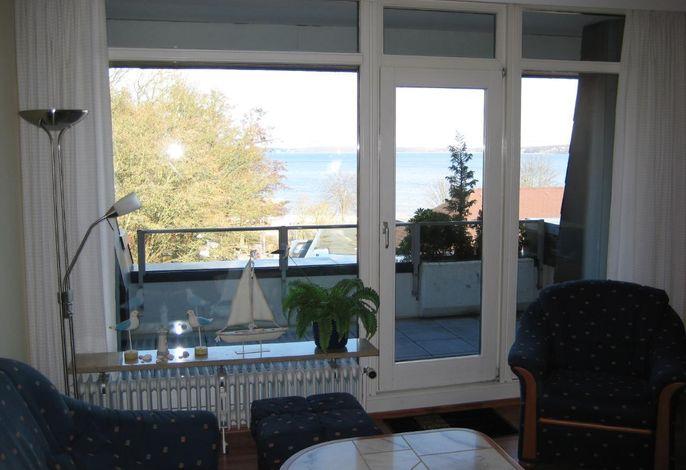 Blick von der Couchecke über den Balkon auf das Wasser