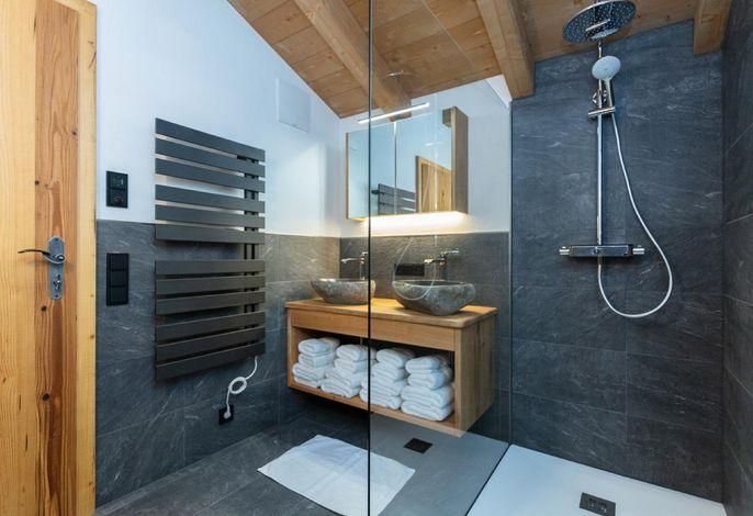 Badezimmer mit Regendusche und Doppelwaschbecken